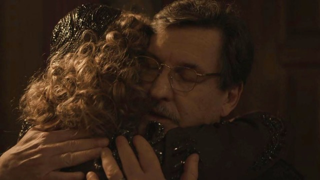 Júlio e Marion se reencontram no cabaré após dez anos.
