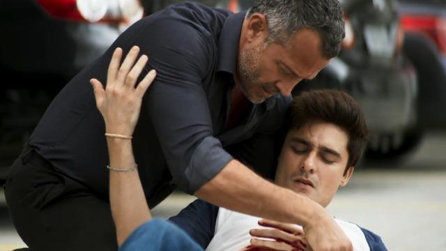 Leandro é esfaqueado após salvar a vida de amigo de Cássia.