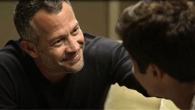 Agno pede Leandro em casamento.
