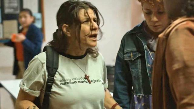 Ex-presidiária começa a estudar na escola Carolina Maria de Jesus e é acusada de furto.