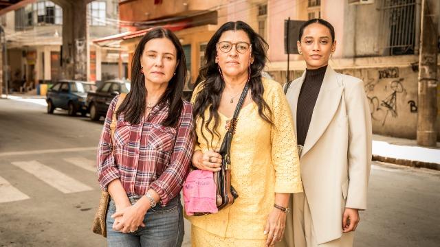 Escrita por Manuela Dias e com direção artística de José Luiz Villamarim, 'Amor de Mãe' apresenta as histórias de Lurdes, Thelma e Vitória, três mulheres com diferentes trajetórias que se reconhecem no amor pelos filhos.