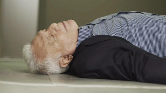 Alberto passa mal e desmaia.