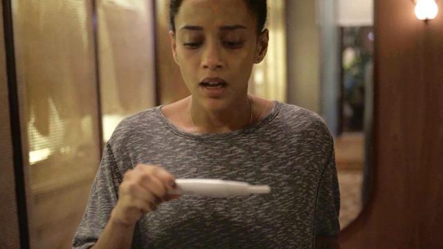 Vitória descobre que está grávida de Davi. Lurdes estranha 'desejo' inusitado da patroa e advogada decide fazer teste