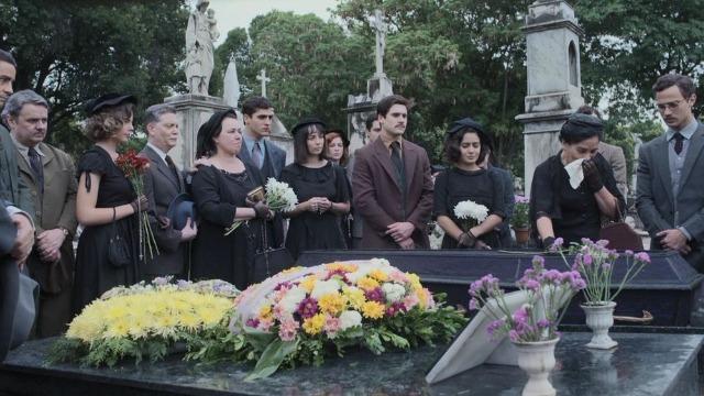 Lola se despede de Júlio no enterro: 'Agora somos cinco'.