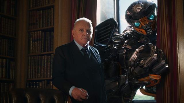 Os humanos estão em guerra com os Transformers, que precisam se esconder na medida do possível. Cade Yeager é um de seus protetores, liderando um núcleo de resistência situado em um ferro-velho. É lá que conhece Izabella, uma garota de 15 anos que luta para proteger um pequeno robô defeituoso. Paralelamente, Optimus Prime viaja pelo universo rumo a Cybertron, seu planeta-natal, de forma a entender o porquê de ele ter sido destruído. Só que, na Terra, Megatron se prepara para um novo retorno, mais uma vez disposto a tornar os Decepticons os novos soberanos do planeta.
