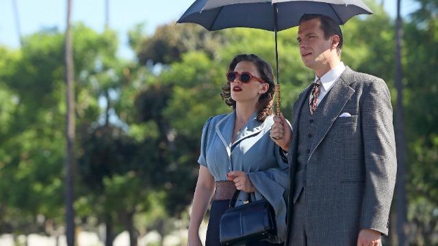 Episódio 'A Moça do Lago': Decidida a lutar contra as novas ameaças da Era Atômica no despertar da Segunda Guerra Mundial, a agente Peggy Carter deve embarcar de Nova York para Los Angeles, para sua missão mais perigosa e bizarra até agora.