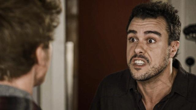 Lígia põe Joaquim para fora de casa e ele culpa Rita.