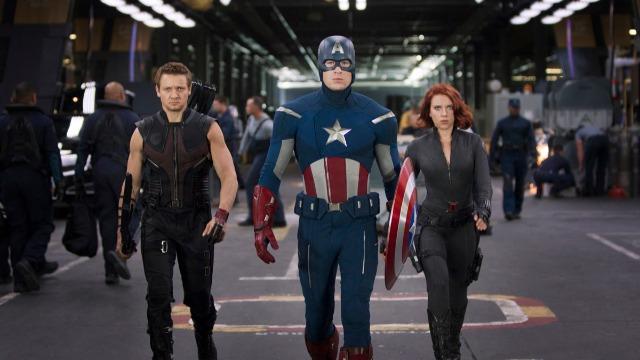 Enviado pelos Chitauri, uma raça alienígena que pretende dominar os humanos, Loki retorna à Terra e rouba um poderoso cubo cósmico. Para conter a ameaça, o diretor da S.H.I.E.L.D., Nick Fury, reúne um grupo formado por Tony Stark/Homem de Ferro, Steve Rogers/Capitão América, Thor, Bruce Banner/Hulk e Natasha Romanoff/Viúva Negra. Juntos, os heróis terão que aprender a trabalhar em equipe para salvar o mundo de um ataque brutal.