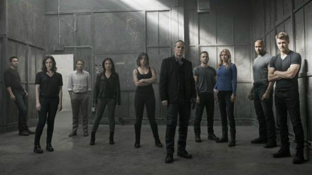 Sob o comando de Phil Coulson, os agentes especiais da S.H.I.E.L.D. embarcam em uma missão secreta e mortal para proteger o mundo das ameaças da Hydra e de uma perigosa facção de Inumanos.