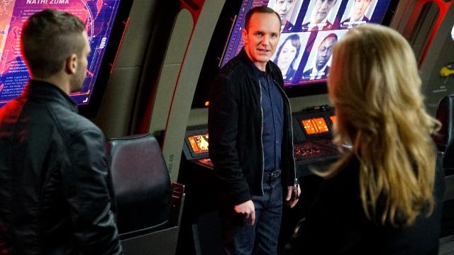 Episódio 'O Espião': Coulson e a equipe investigam uma conferência internacional sobre o destino dos Inumanos. Os Fitzsimmons podem ter encontrado uma maneira de impedir a propagação do gene inumano.