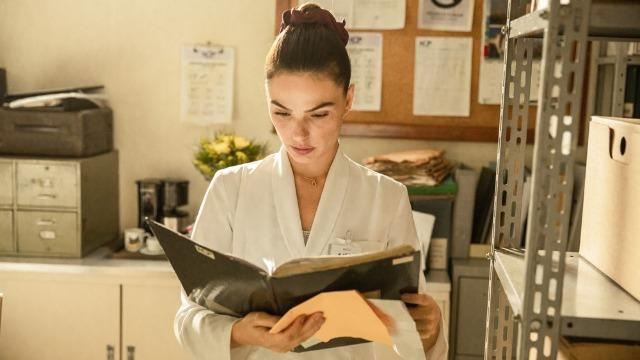 Betina reconhece enfermeira e revela sabotagem a Lurdes.