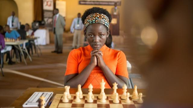 Phiona Mutesi é uma jovem de Uganda que faz de tudo para alcançar o seu objetivo de se tornar uma das melhores jogadoras de xadrez do mundo. Órfã de pai e moradora de uma região bem pobre, Mutesi foi obrigada a largar a escola por falta de dinheiro, mas agora está decidida a enfrentar todos os obstáculos para tornar seu sonho realidade.