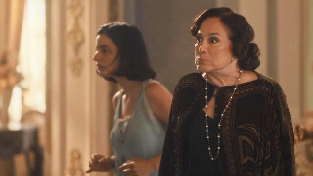 Emília surta de raiva, humilha médica de Justina e discute com Adelaide.