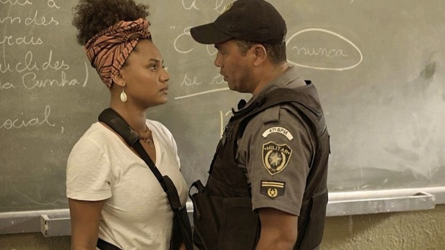 Camila é agredida pela polícia ao defender seus alunos.
