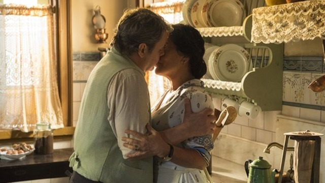 Afonso salva Lola, e eles se beijam.
