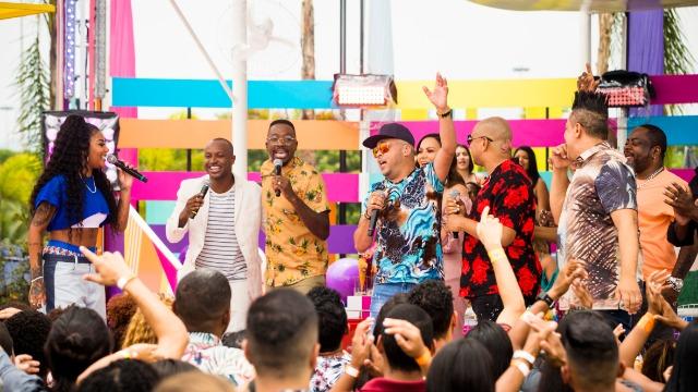 Os apresentadores Ludmilla e Mumuzinho recebem, no palco do programa, os cantores Iza, Solange Almeida, Thiaguinho e o grupo Molejo para uma resenha que tem a beleza natural do Rio de Janeiro como cenário.