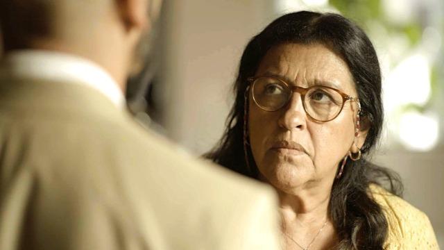 Álvaro ameaça Lurdes, mas ela o enfrenta.