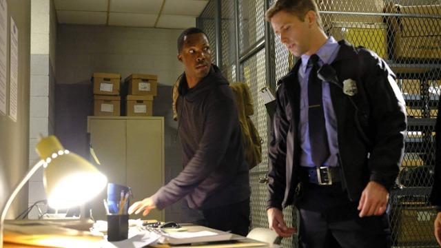 Episódio 'Entre 13:00 e 14:00 Horas': Carter recorre às próprias experiências do passado para conseguir o dinheiro que Grimes exigiu em troca da lista encontrada no cofre.