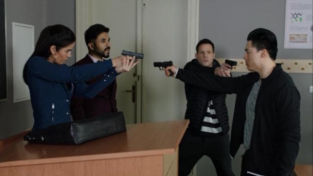 Episódios 'Intimidades Confidenciais': A equipe de Will e Frankie usam disfarces na universidade com o objetivo de encontrar o estudante responsável por construir uma arma.