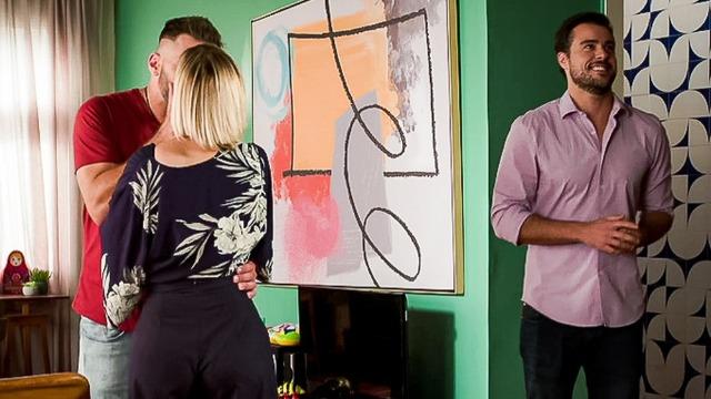 Joaquim vê Lígia aos beijos com Madureira e pergunta se ex-mulher está namorando
