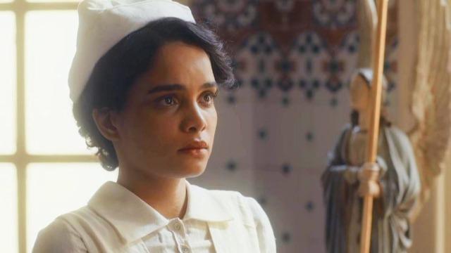 Inês descobre que seu pai está morto - em uma conversa com sua filha, Shirley revela que João Aranha morreu afundado em dívidas