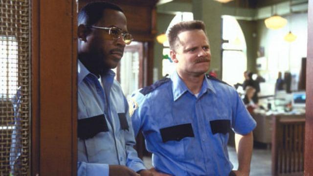 Em Los Angeles, dois inimigos que tentaram trabalhar como policiais acabam virando seguranças particulares e descobrem um quartel de contrabando.