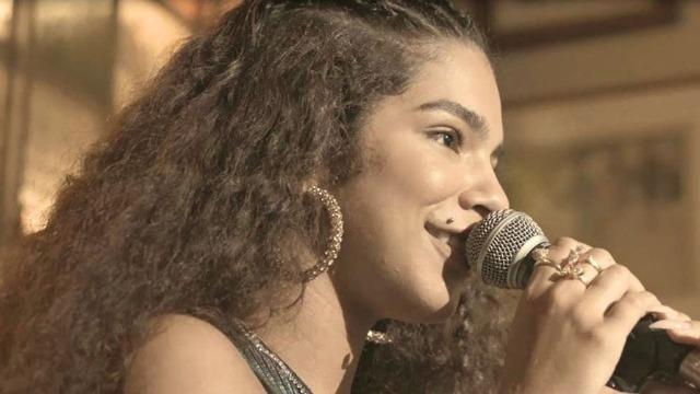 Verena dedica show a Álvaro ao mesmo tempo em que Estela é atacada por Belizário.