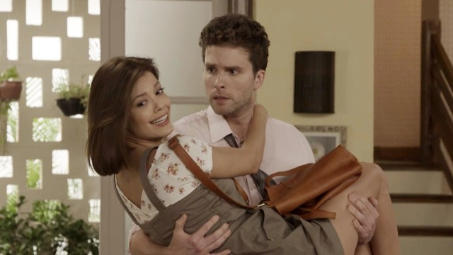 Kyra procura Alan, primo de Alexia, e pula no colo do advogado.