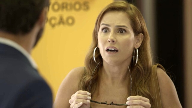 Alexia vai ao encontro de Rafael e quase dá de cara com Renzo.