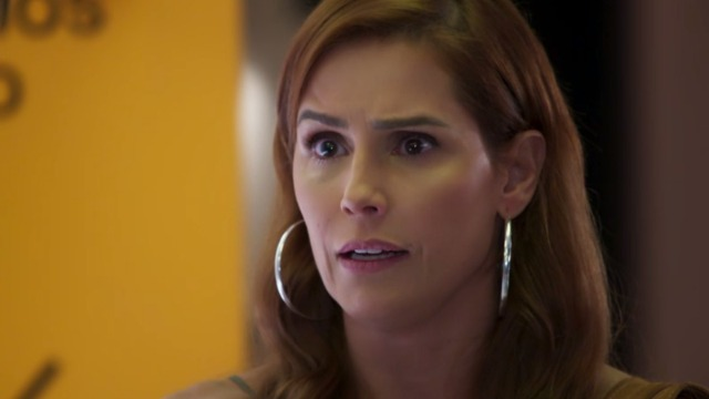 Alexia vê entrevista de Petra no Encontro com Fátima Bernardes.