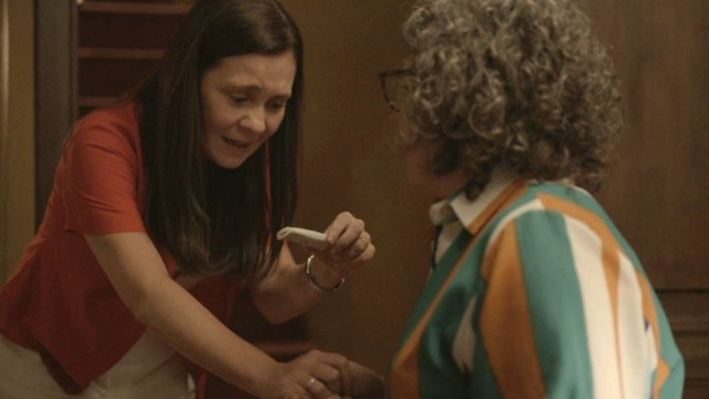 Thelma descobre que está grávida.