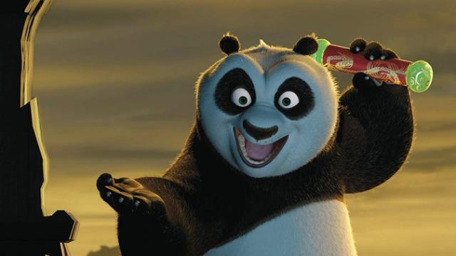 Po é um urso panda desajeitado, que trabalha no restaurante de macarrão de sua família. Um dia ele é surpreendido ao saber que foi escolhido para cumprir uma antiga profecia, o que faz com que treine ao lado de seus ídolos no Kung Fu: os mestres Shifu, Garça, Tigresa, Louva-Deus, Macaco e Víbora. Quando o traiçoeiro leopardo da neve Tai Lung retorna, cabe a Po defender o Vale da Paz.