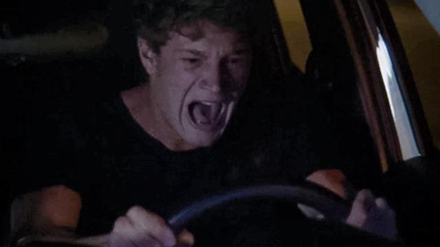 'Rita' avisa que não vai aparecer mais para Filipe e ele por pouco não bate o carro.