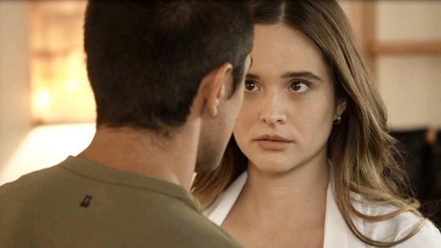 Téo desafia Helena e pede Luna em namoro na frente da família.