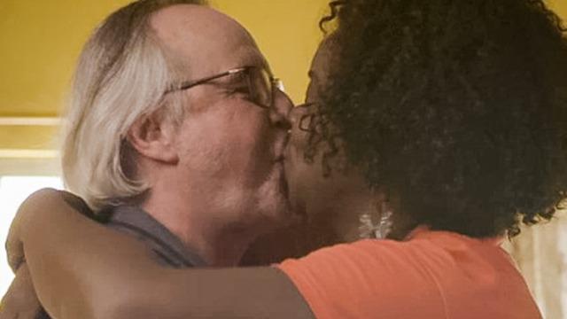Jaqueline e Milena flagram César e Vânia se beijando.