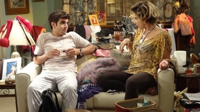 Antenor transforma atriz falida em Griselda para enganar Tereza Cristina.