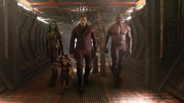 Peter Quill foi abduzido da Terra quando ainda era criança. Adulto, fez carreira como saqueador e ganhou o nome de Senhor das Estrelas. Quando rouba uma esfera, na qual o poderoso vilão Ronan, da raça Kree, está interessado, passa a ser procurado por vários caçadores de recompensas. Para escapar do perigo, Quill une forças com quatro personagens fora do sistema: Groot, uma árvore humanoide, a sombria e perigosa Gamora, o guaxinim rápido no gatilho Rocket Racoon e o vingativo Drax, o Destruidor. Mas o Senhor das Estrelas descobre que a esfera roubada possui um poder capaz de mudar os rumos do universo, e logo o grupo deverá proteger o objeto para salvar o futuro da galáxia.