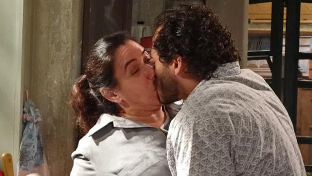 Griselda passa a noite com Renê, conhece Patrícia e ganha beijo de Guaracy!
