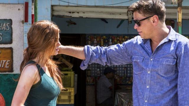 Arthur quebra na estrada e ele encontra Eliza na oficina de Dino