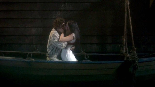 Anna e Joaquim se beijam.