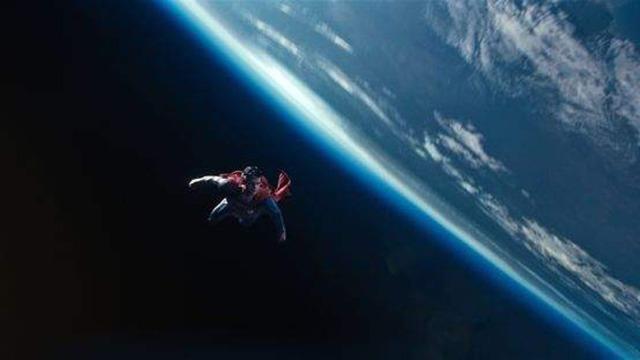 Nascido em Krypton, o pequeno Kal-El viveu pouco tempo em seu planeta natal. Percebendo que o planeta estava prestes a entrar em colapso, seu pai o envia ainda bebê em uma nave espacial rumo ao planeta Terra, levando com ele importantes informações de seu povo. Contrariado com tal atitude, o general Zod tenta impedir a iniciativa e acaba preso. Já em seu novo lar, a criança foi criada por Jonathan e Martha Kent, que passaram a chamá-lo de Clark. O tempo passa, seus poderes vão aparecendo e se tornando, de certa forma, um problema, pois evidenciam que ele não é um ser humano. Já adulto, Clark se vê obrigado a buscar um certo isolamento porque não consegue resistir aos salvamentos das pessoas e sempre precisa sumir do mapa para não criar problemas para seus pais. Mas o terrível Zod conseguiu se libertar e descobriu seu paradeiro. Agora, a humanidade corre perigo e talvez tenha chegado a hora das pessoas conhecerem aqueles que passarão a chama de o Super-Homem.