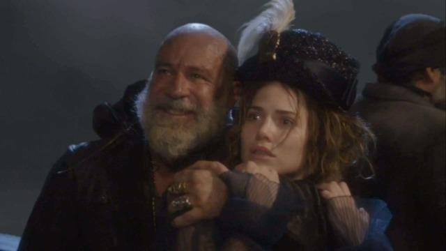 Piratas invadem navio da princesa e ameaçam a realeza.