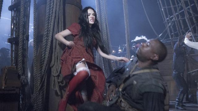 Joaquim salva Leopoldina dos piratas, pede Anna em casamento, mas leva tiro e cai no mar.