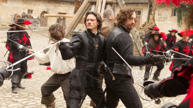 D'Artagnan é um jovem do interior treinado pelo pai para se tornar um mosqueteiro que segue para Paris para realizar o seu sonho. Lá, se une aos mosqueteiros Athos, Porthos e Aramis para proteger a rainha Anne do cardeal Richelieu e da bela, mas perigosa Milady.