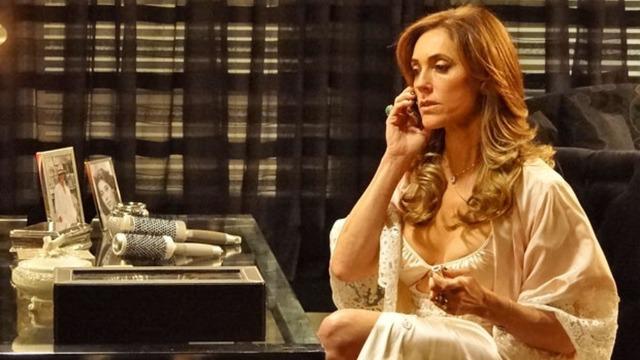 Tereza Cristina desconfia de traição e coloca René e Griselda em 'saia justa'.