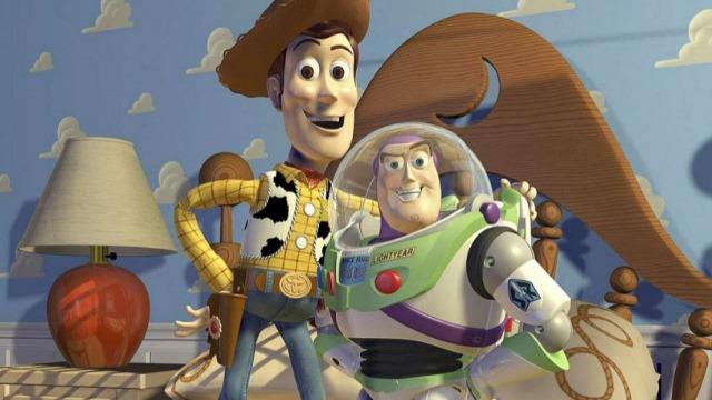 Prestes a ir para faculdade, Andy precisa arrumar o quarto e definir o que irá para o lixo ou será guardado no sótão. Durante a mudança, seus antigos companheiros - entre eles Buzz Lightyear, Jessie e o Sr. Cabeça de Batata - são jogados no lixo por engano e acabam encontrando abrigo numa creche, onde enfrentarão a rivalidade de outros brinquedos. Para resgatar os amigos, Woody terá que deixar Andy e enfrentar perigosas aventuras. Vencedor de dois Oscars: Melhor Filme de Animação e Melhor Canção Original.
