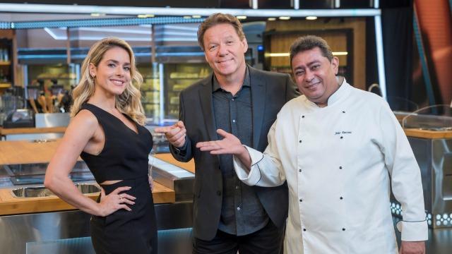Competição entre chefs profissionais apresentada por Claude Troisgros e Batista. Com os mestres Leo Paixão, Kátia Barbosa e José Avillez, e a cobertura de Monique Alfradique.