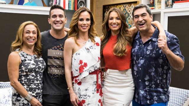 Ana Furtado, André Marques, Cissa Guimarães, Patrícia Poeta, Tiago Leifert e Zeca Camargo comandam programa de variedades das manhãs de sábado, ao vivo.