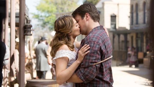 Castle e Beckett se disfarçam de recém-casados para investigar o assassinato de uma vítima que pode ter sido envenenada num resort estilo Velho Oeste.