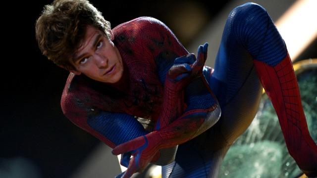 Peter Parker é um rapaz tímido e estudioso que foi criado pelos tios, May e Ben. Investigando o desaparecimento dos seus pais, o jovem visita o laboratório do Dr. Curt Connors, na Oscorp, onde é picado por uma aranha. Após desenvolver misteriosos poderes, Peter precisa lidar com as repercussões da morte do seu tio e do início do seu relacionamento com Gwen Stacy. Vestindo o uniforme de Homem-Aranha, ele irá enfrentar o vilão Lagarto, perigoso alter ego de Connors.